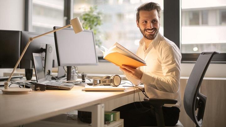profesional-en-su-escritorio