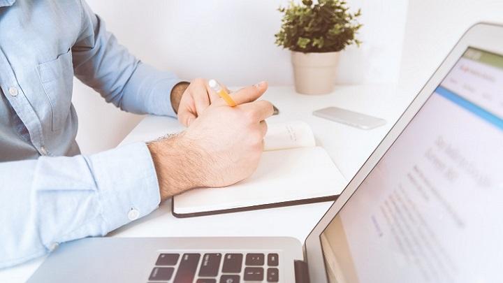 profesional-escribiendo-en-la-agenda