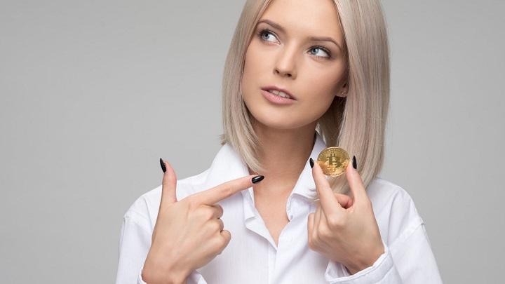 chica-con-una-moneda