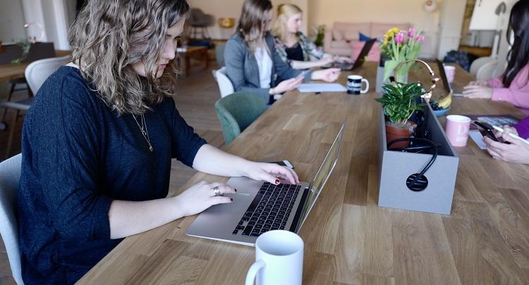 chica-trabaja-con-ordenador