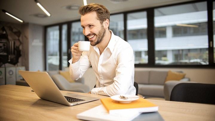 profesional-tomando-cafe-en-el-trabajo