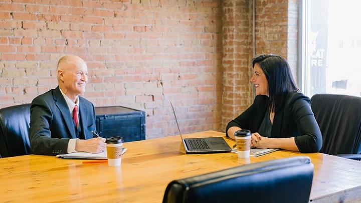 dos-personas-en-despacho