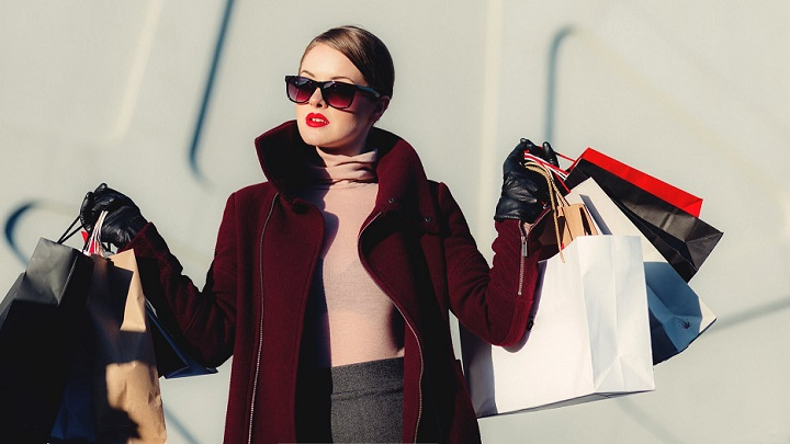 chica-hace-compras