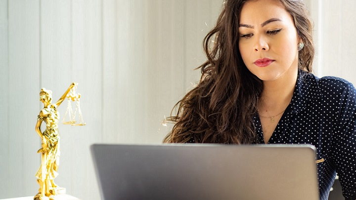 chica-escribiendo-a-ordenador