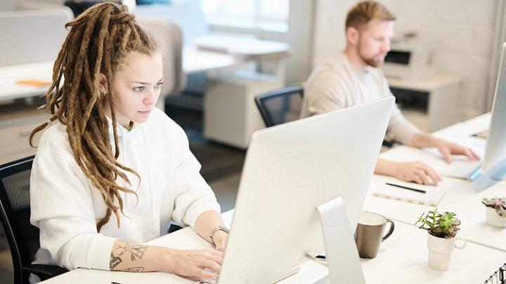 chica-mirando-pantalla-de-ordenador