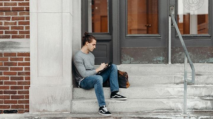 chico-sentado-en-escaleras