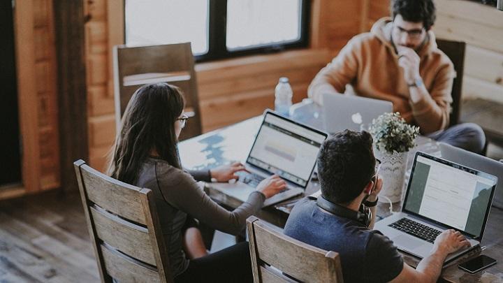 profesionales-trabajando-con-ordenador