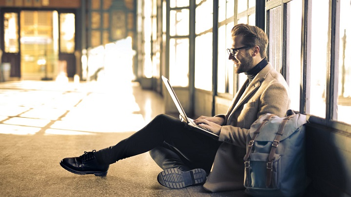 ejecutivo-sentado-en-el-suelo