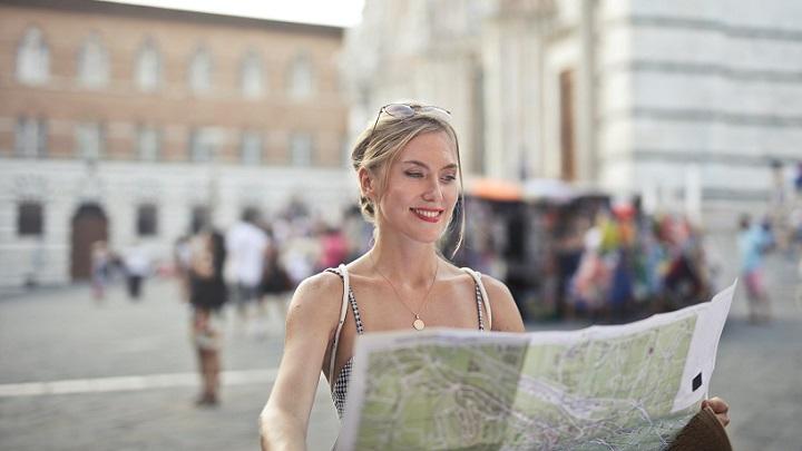 mujer-con-un-mapa