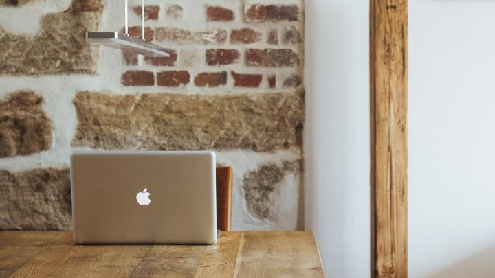 ordenador-en-mesa-de-madera