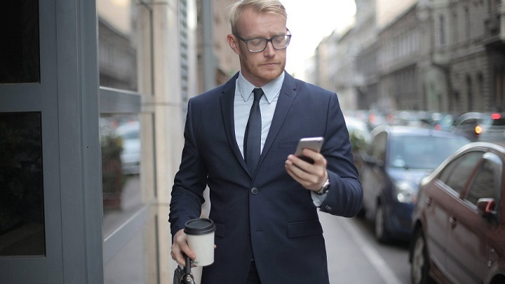 ejecutivo-pasea-por-la-calle