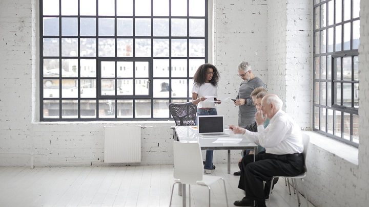 equipo-intergeneracional-en-la-oficina