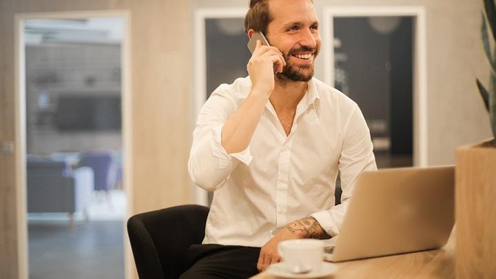 profesional-con-telefono-y-ordenador