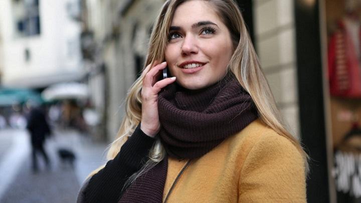 chica-habla-por-telefono