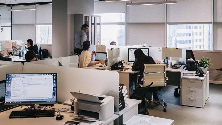 equipo-en-oficina-compartida