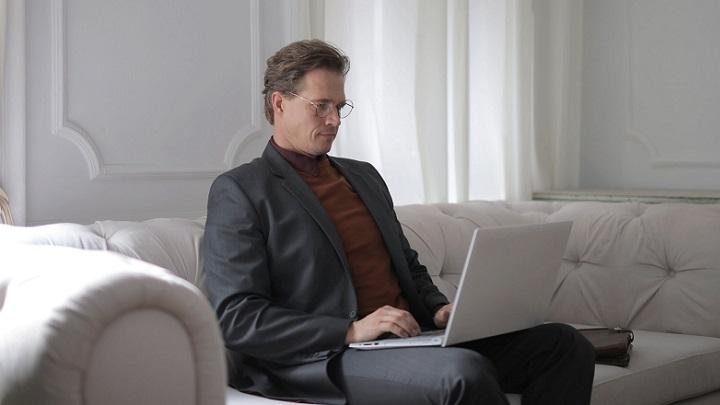 hombre-con-ordenador-portatil