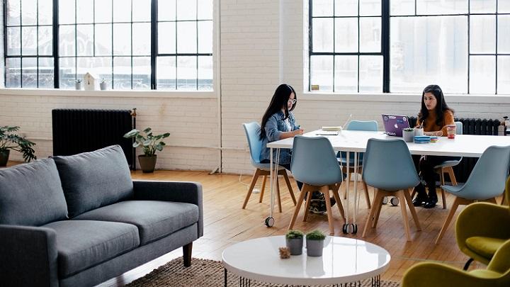jovenes-trabajando-en-oficina