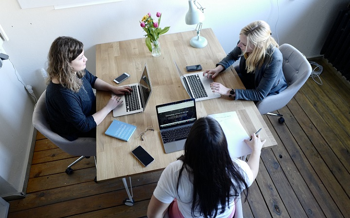 mujeres-trabajando-en-equipo
