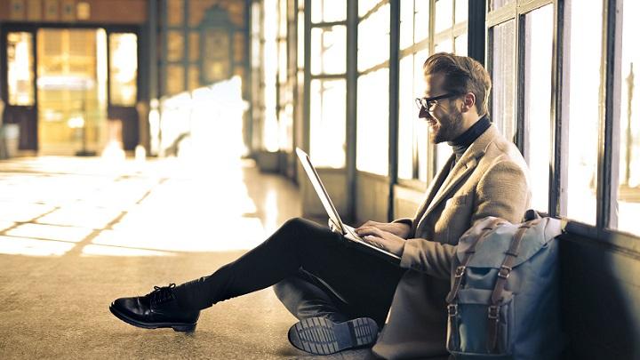 profesional-con-ordenador-portatil