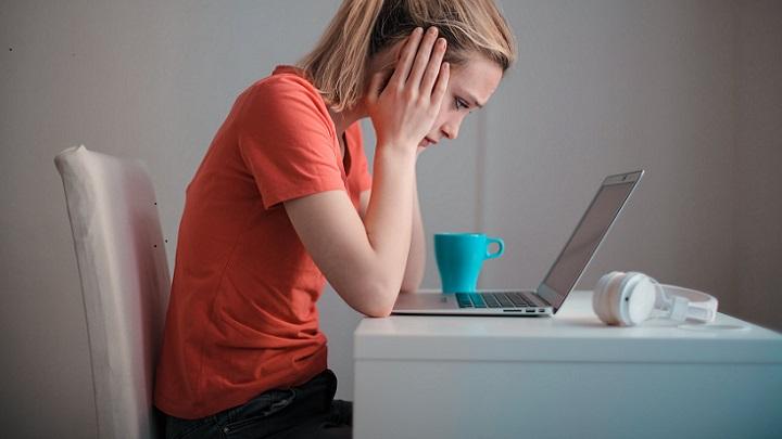 chica-concentrada-ante-el-ordenador