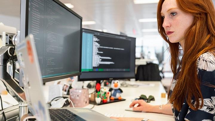chica-trabaja-con-su-ordenador
