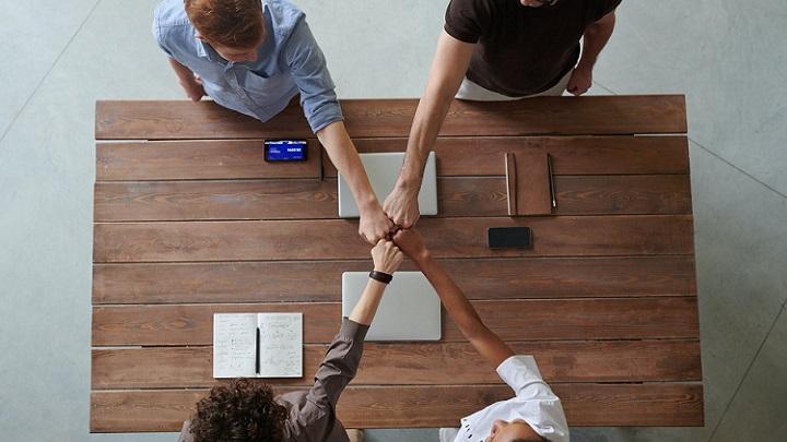 cuatro-personas-trabajan-en-equipo