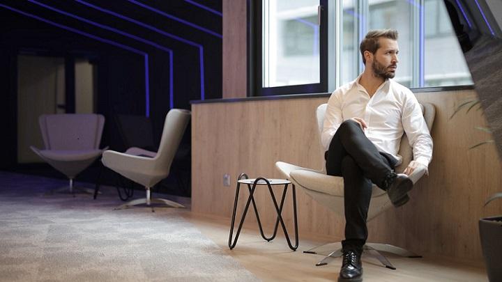 hombre-sentado-en-una-silla
