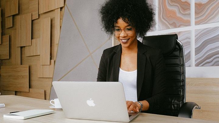 profesional-trabaja-en-su-despacho