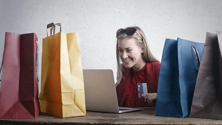 chica-compra-por-internet