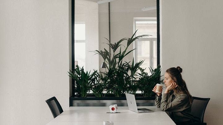 chica-con-su-ordenador-en-la-oficina