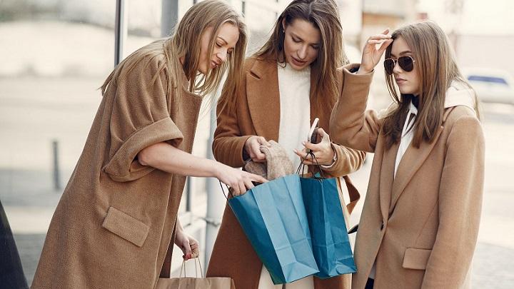chicas-salen-de-compras