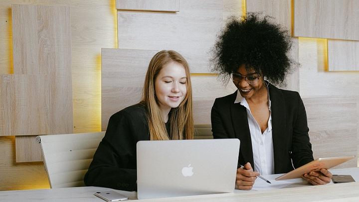 mujeres-trabajan-en-equipo