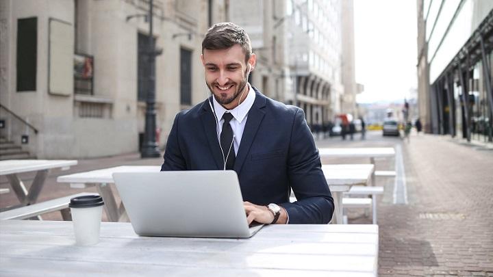 profesional-con-su-ordenador
