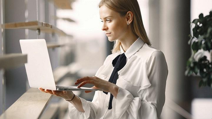 profesional-en-oficina-con-ordenador