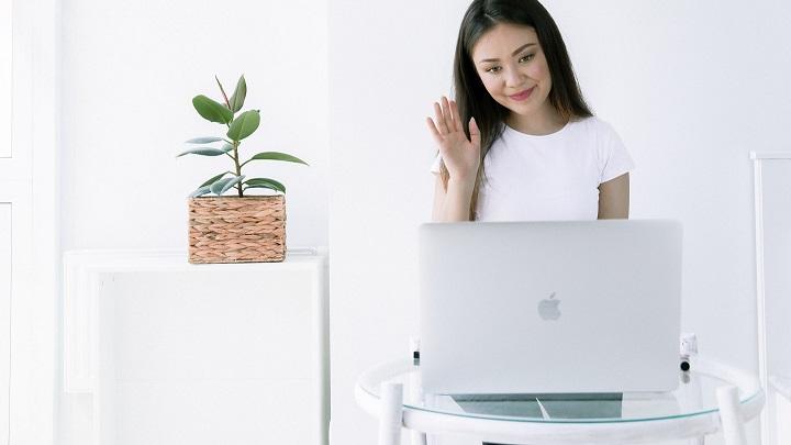 chica-delante-de-ordenador