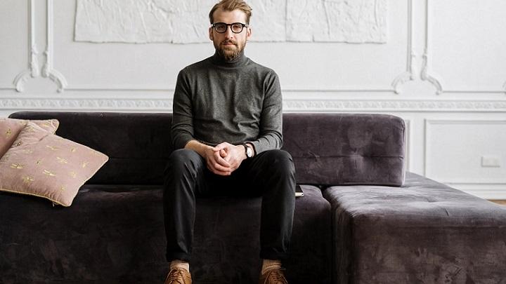 hombre-sentado-en-sofa
