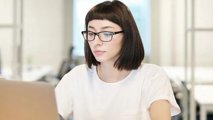 joven-trabaja-en-oficina