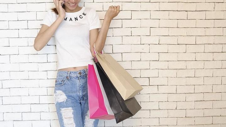 mujer-sale-de-compras