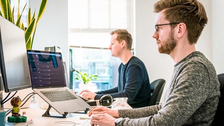profesionales-trabajan-a-ordenador