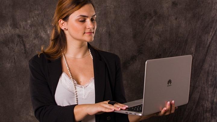 chica-con-su-ordenador