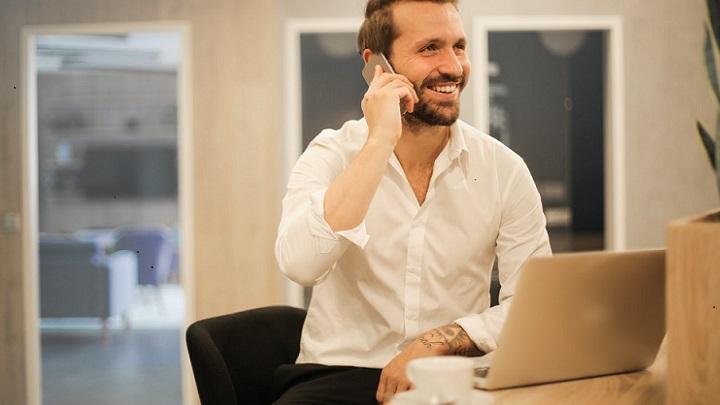 hombre-en-la-oficina-habla-por-telefono