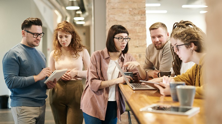 jovenes-trabajan-en-equipo-en-la-empresa