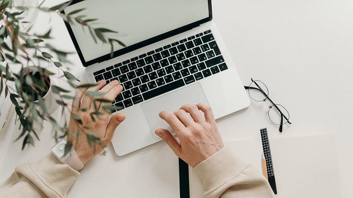 persona-escribe-en-el-ordenador