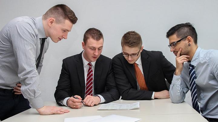 cuatro-personas-colaboran