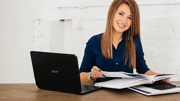 joven-trabaja-en-despacho