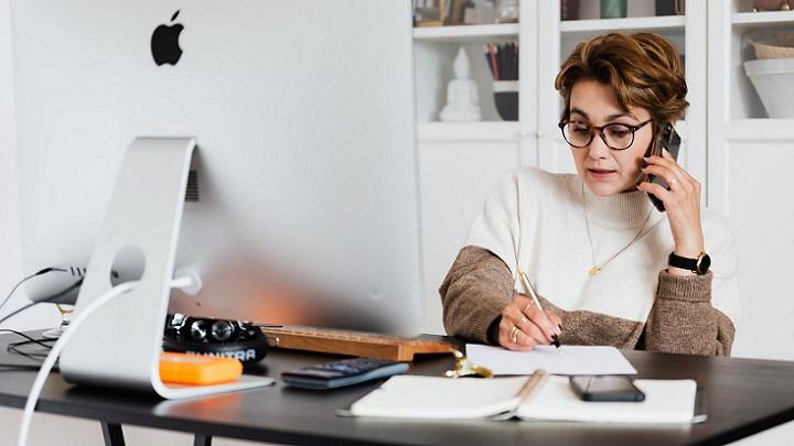 mujer-concentrada-en-su-trabajo