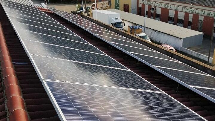 nave-industrial-con-paneles-solares