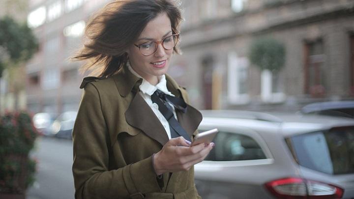 profesional-consulta-su-telefono