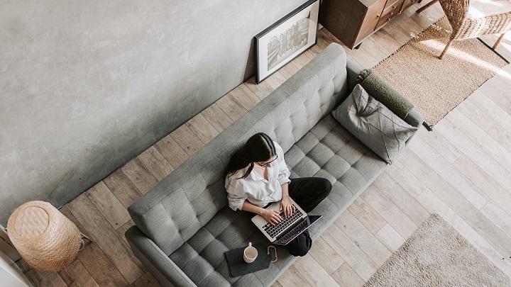 chica-con-su-ordenador-en-el-sofa