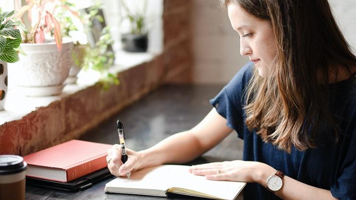 chica-escribe-en-un-papel
